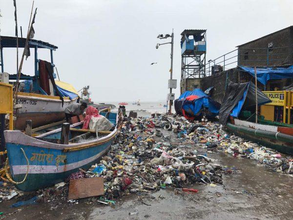 मुंबईत आज भरतीच्या मोठ्या प्रमाणावर समुद्रातला कचरा बाहेर पडल्याचं चित्र दिसून आलं. एकीकडे उकाड्यातून सुटका झाल्याचा आनंद तर आहे पण दुसरीकडे आपणच निसर्गाची कशी हानी करतो हे दिसून येतंय. दक्षिण मुंबईत कफ परेडला समुद्रातला कचरा आज रस्त्यावर आला होता.