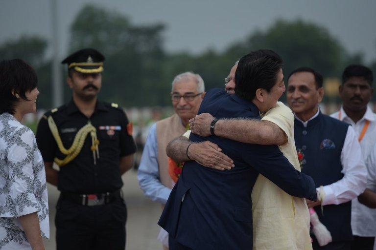 जपानचे पंतप्रधान शिंजो अॅबे आपल्या पत्नीसह दोन दिवसांच्या भारत दौऱ्यावर आहे. आज अहमदाबादमध्ये शिंजो अॅबेंचं जंगी स्वागत झालंय. खुद्द पंतप्रधान नरेंद्र मोदी अॅबेंच्या स्वागतासाठी विमानतळावर हजर होते. विमानतळावरून साबरमती आश्रमापर्यंत भव्य असा रोड शो आयोजित करण्यात आला होता. साबरमती आश्रमात पोहोचल्यानंतर पंतप्रधान मोदींनी त्यांना महात्मा गांधींचा चरखा आणि तीन माकडं दाखवली.