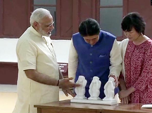 : जपानचे पंतप्रधान शिंजो अॅबे आपल्या पत्नीसह दोन दिवसांच्या भारत दौऱ्यावर आहे. आज अहमदाबादमध्ये शिंजो अॅबेंचं जंगी स्वागत झालंय. खुद्द पंतप्रधान नरेंद्र मोदी अॅबेंच्या स्वागतासाठी विमानतळावर हजर होते. विमानतळावरून साबरमती आश्रमापर्यंत भव्य असा रोड शो आयोजित करण्यात आला होता. साबरमती आश्रमात पोहोचल्यानंतर पंतप्रधान मोदींनी त्यांना महात्मा गांधींचा चरखा आणि तीन माकडं दाखवली.