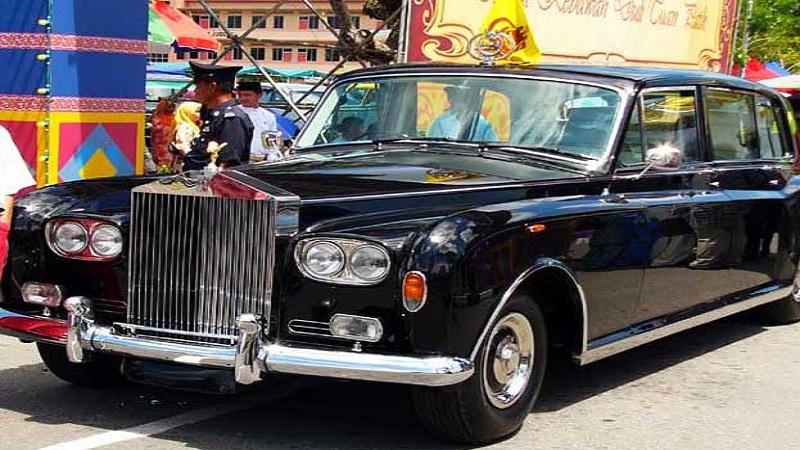 ब्रुनेई -  ब्रुनेईचे सुलतान सार्वजनिक कार्यक्रमांना जाण्यासाठी 'रॉल्स रॉयस फॅन्टम VI' कारचा वापर करतात.
