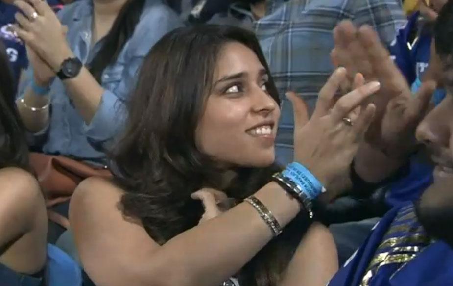 काल पुण्यात झालेल्या सामन्या दरम्यान मुंबई इंडियन्स संघाला चिअर-अप करायला रोहित शर्माची पत्नी देखील हजर होती.