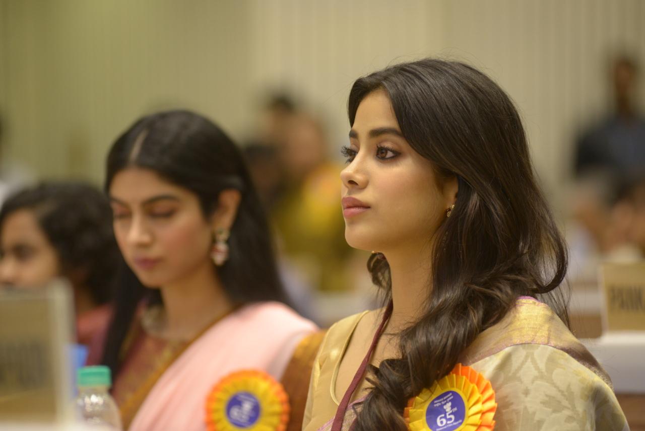 बोनी कपूर आणि जान्हवीने साश्रू नयनांनी स्विकारला श्रीदेवीचा पुरस्कार!