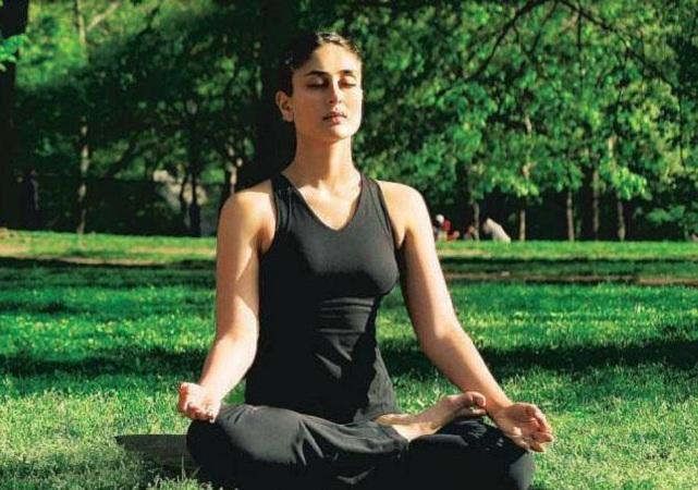 योगाला बॉलिवूडमध्ये ट्रेंड बनवण्याचं काम जर कोणी केलं असेल तर ती आहे अभिनेत्री करिना कपूर. तिला पाहून बॉलिवूडमध्ये अर्जून रामपाल पासून अनेक कलाकारांनी योगा करण्यास सुरूवात केली. ती रोज 50 वेळा सूर्य नमस्कार करते. तिच्या प्रेग्नेंसीनंतरही तिने योगा करणं सोडलं नाही.