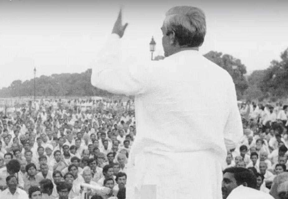 अटल बिहारी वाजपेयी जेव्हा जेलमधून बाहेर आले, त्या दिवशी विरोधी नेत्यांनी रामलीला मैदानावर एक मोठी सभा आयोजित केली. हिवाळी दिवसांमध्येसुद्धा फक्त अटलजींचं भाषण ऐकण्यासाठी जनता 9 वाजेपर्यंत बसली होती. त्या भाषणावेळी अटलजींच्या भाषणातल्या 3 ओळींनी सगळ्यांना नाराज केलं.