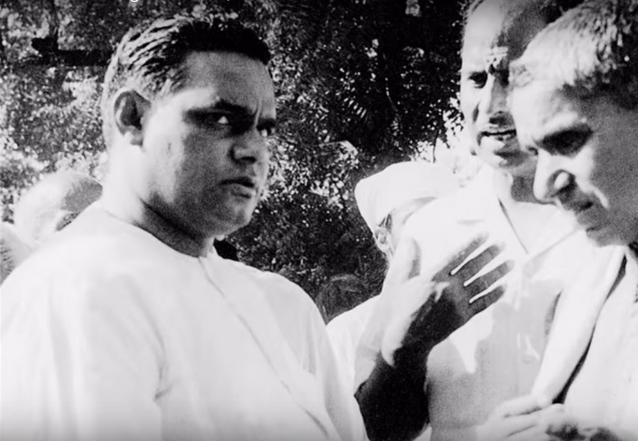 25 जून 1975 च्या रात्री भारतात अंतर्गत आणीबाणी घोषित करण्यात आली. यावेळी विरोधी नेत्यांना अटक करण्यात आली. त्यावेळी जे सत्ता आणि इंदिरा गांधी यांच्या विरोधात बोलले ज्यांना तरुंगात टाकण्यात आलं.