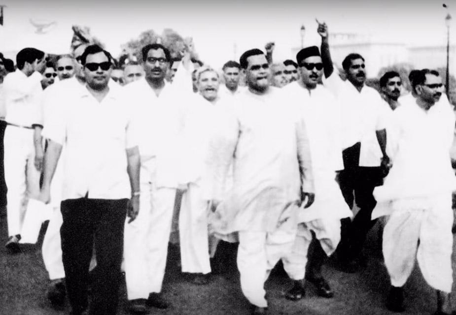 यावेळी अटल बिहारी वाजपेयी जेलमध्ये होते. कारागृहात असताना त्यांना बातमी मिळाली की, काँग्रेस नेता 'इंदिरा इज इंडिया' असा नारा देत होते. तेव्हा त्यांनी रागात येऊन जेलमध्येच एक कविता लिहली. आणि त्यात काँग्रेस नेत्यांसाठी लिहलं की 'चमचों के सरताज'