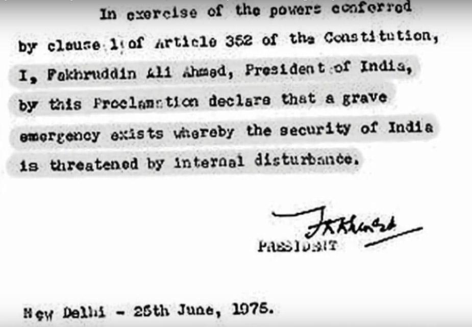 इंदिरा गांधींनी घोषित केलं की, 'राष्ट्रपतींनी तात्काळ आणीबाणी घोषित केली आहे, त्यामुळे घाबरून जाण्याची गरज नाही.'