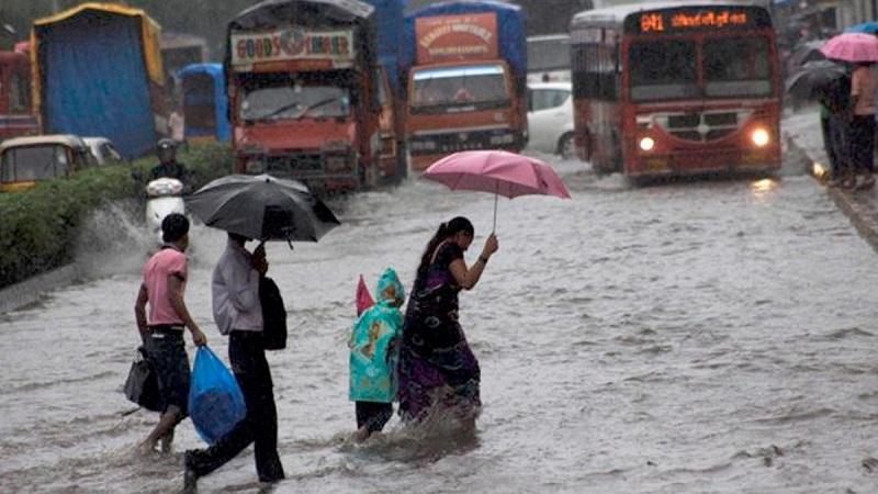 मुंबईत मुसळधार पाऊस, अनेक ठिकाणी वाहतुक कोंडी