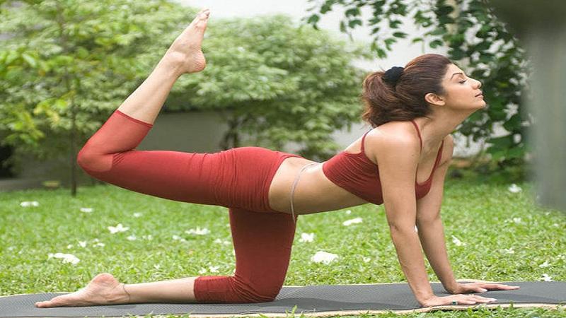 डोकेदुखी थांबवण्यासाठीसुद्धा योगा करणारी अभिनेत्री म्हणजे शिल्पा शेट्टी. शिल्पा शेट्टीची योगाची एक डीव्हीडीदेखील प्रसिद्ध करण्यात आली आहे.