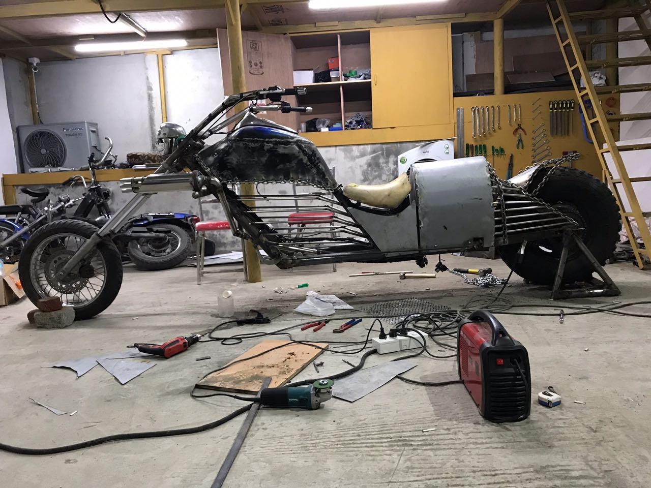 जाकिरने त्याचं जुनं विंटेज कलेक्शन विकून ही जगातील सर्वात लांब बाईक बनवली आहे.