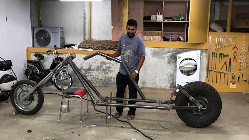 बंगळुरूच्या इन्टेरियर डिझायनर जाकिर खान यांने 13 फूट लांबीची बाईक तयार केली आहे. त्याने त्याच्या या बाईकला 'चॉपर बाईक' असं नाव दिलं आहे.