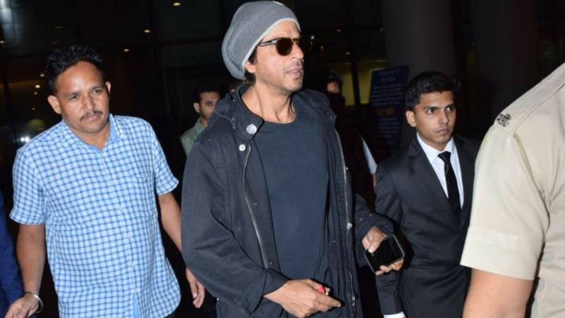 शाहरुख खानची बहिण शहनाज नेहमी कॅमेऱ्यापासून लांब असते. पण आता मात्र एयरपोर्टवर शाहरुखसोबत त्याची बहिणही पहायला मिळाली.