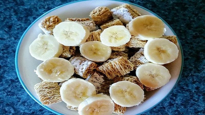 मासिक पाळीच्या वेळी होणारा मानसिक आणि शारीरिक त्रास कमी करण्यासाठी पिकलेलं केळं उत्तम आहे.