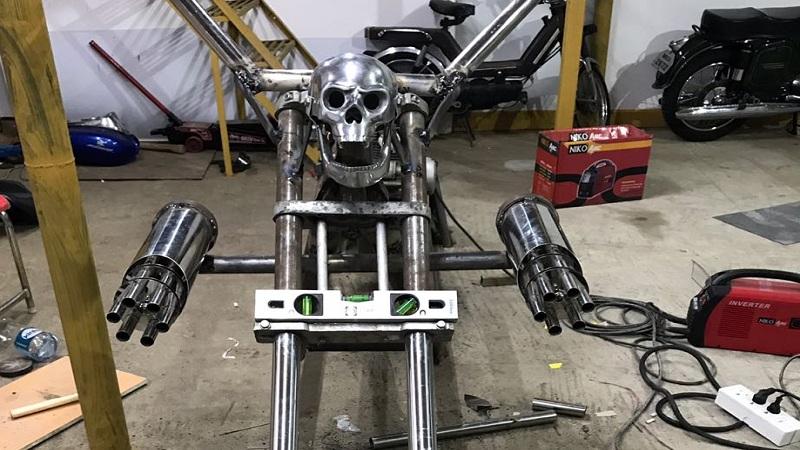 यात 6 फुट लांब सायलेंसर आणि फोर्क्स आहेत. बाईकची रुंदी साडेपाच फूट आहे आणि त्याच्या मागे मिनी ट्रॅकचा टायर बसवण्यात आला आहे.