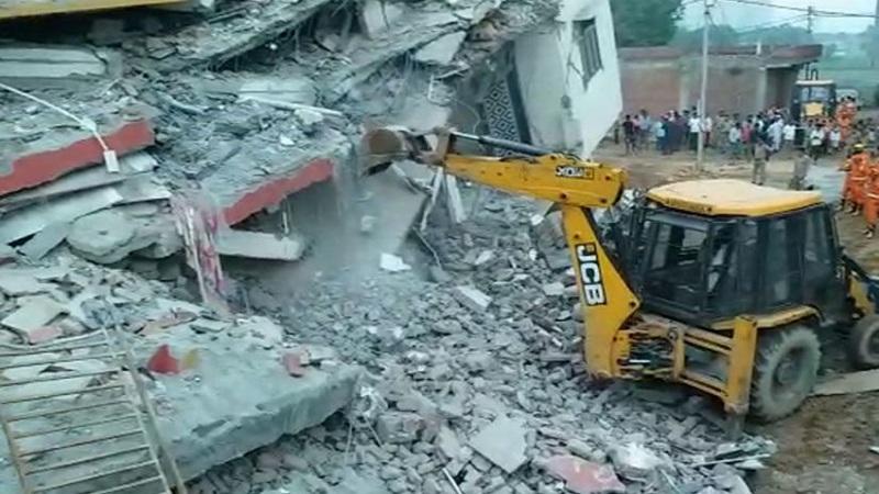 ग्रेटर नोयडात 2 इमारती कोसळल्या, 3 जणांचा मृत्यू