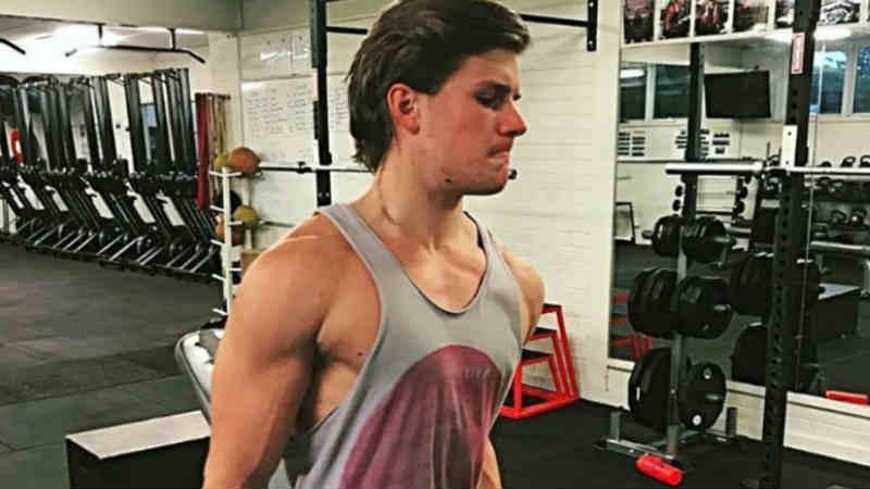 जॅक्सन तासन् तास जीममध्ये व्यायाम करतो. एकीकडे वडील त्यांच्या संपूर्ण करिअरमध्ये थोडे जाडेच होते. मात्र दुसरीकडे जॅक्सन सीक्स पॅकसाठी जीममध्ये घाम गाळत आहे.