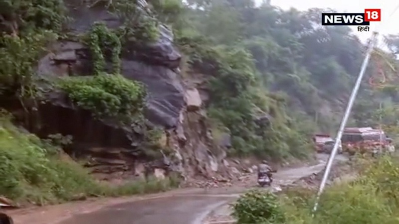 हिमाचल प्रदेशमध्ये मुसळधार पावसामुळे ठिक ठिकाणी भुस्खलन होत आहे. त्याच बरोबर रस्त्याचेही प्रचंड नुक्सान होत आहे.