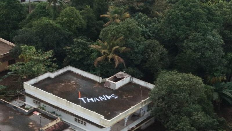 नौसेनाचे पायलट विजय वर्मा यांनी 17 ऑगस्टला कोचीच्या घरातून दोन महिलांना वाचवले. त्यामुळे स्थानिक लोकांनी या घराच्या छतावर 'THANKS' लिहून नौदलाचे आभार मानले आहेत.