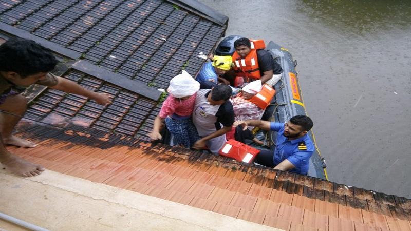 केरळमध्ये पाण्याखाली अडकलेल्या लोकांना वाचवण्यासाठी हेलिकॉप्टरमधून त्यांना महत्त्वाच्या वस्तू पुरवल्या गेल्या. नौदलाच्या मदतीने अनेकांना ऐअरलिफ्ट करण्यात आलं.