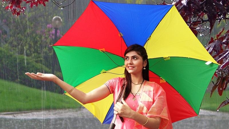 पाऊस आणि प्रेमी यांचं नातं अतूट आहे. मालिकांमध्येही नायिका पावसात भिजतायत.'राधा प्रेम रंगी रंगली' मालिकेतल्या राधालाही पाऊस खूप आवडतो. राधासाठी पाऊस म्हणजे भजी आणि चहा.