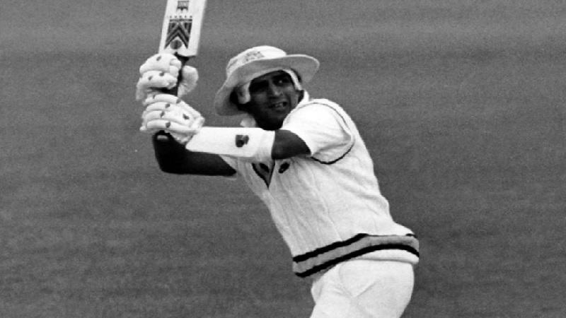 लिटिल मास्टर या नावाने प्रसिद्ध असलेले भारताचे पुर्व खेळाडू सुनिल गावसकर या कसोटीत प्रथम क्रमांक पटकावणारा पहिला फलंदाज आहे. 1979मध्ये त्याने आयसीसी कसोटीत प्रथम क्रमांक मिळवला होता.