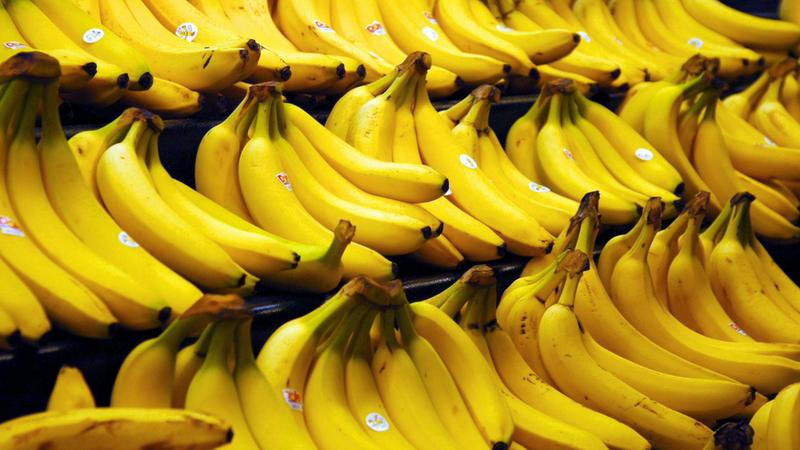केळं- केळ्यात पोटॅशियम आणि मॅग्नेशियम असते. केळं खाल्याने मांसपेशी रिलॅक्स होतात, ज्यामुळे झोप येते. तसेच कामाच्या वेळी सुस्थी आल्यासारखे वाटते.