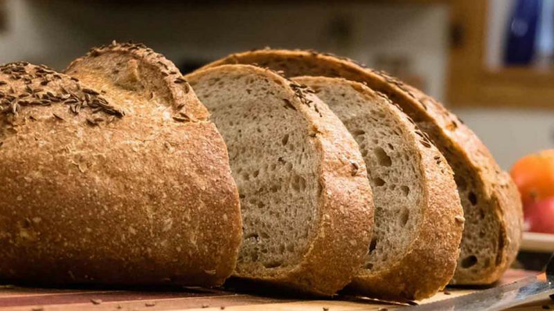 ब्रेड- यातल्या कार्ब्समुळे शरीरातील साखरेचे प्रमाण वाढते. ग्लूकोज कमी झाल्यामुळेही झोप येते.