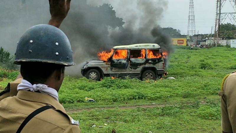 हिंगोलीमध्ये आंदोलनाला हिंसक वळण, स्कुल बस आणि जीप जाळली