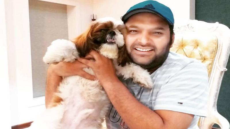 कपिल शर्माचा हा फोटो त्यांच्या फॅन्सनी ट्विट केलाय. त्यात कपिलची तब्येत बरी नसल्याचं दिसतंय. त्याची दाढी वाढलीय. सोबत कुत्रा आहे आणि कॅमेऱ्यासाठी कपिल स्माईल देतोय.