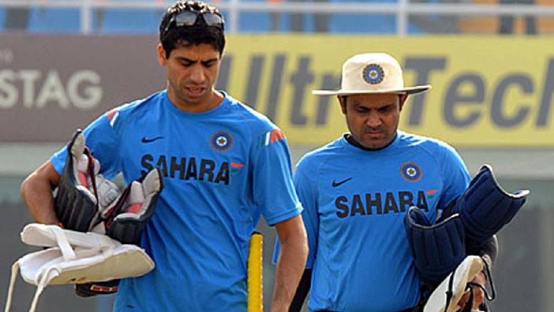 भारताचा धडाकेबाज सलामीवीर ठरलेला विरेंद्र सेहवागची मैत्री संघात सचिन आणि गौतम गंभीरसोबत होती. पण सर्वात जास्त घनिष्ठ मैत्री माजी जलद गोलंदाज आशीष नेहरासोबत आहे. दोघांनी १९९७- ९८ मध्ये क्रिकेट खेळण्यास सुरूवात केली. दिल्लीतील फिरोजशाह कोटला स्टेडियममध्ये दोघं एकत्रच स्कुटीवरून सरावाला जात असतं.