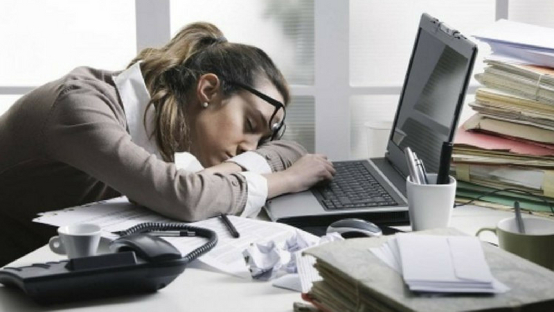 ऑफिसमध्ये काम करताना झोप येते... तर या गोष्टी खाणं टाळाच