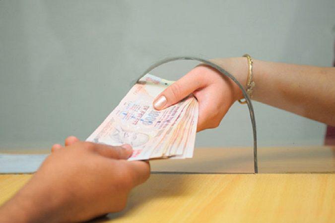 दोन अकाऊंट असतील तर इनकम टॅक्स भरताना अडचणी येऊ शकतात. त्याचबरोबर इनकम टॅक्स भरताना सर्व बँक खात्यांशी संबंधित माहिती ठेवणे आवश्यक आहे. बऱ्याचवेळा त्यांच्या स्टेटमेंटचा रेकॉर्ड ठेवणं कठीण काम असतं.