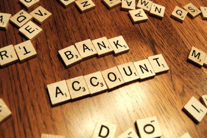 सेव्हिंग अकाऊंटमध्ये बँकेत किमान रक्कम असणं आवश्यक असतं. जर तुमच्या खात्यात किमान रक्कम नसेल तर बँक तुम्हाला दंड आकारते. अनेक खाजगी बँकेत १० हजार रुपयांची रक्कम ठेवणे आवश्यक असते. त्याच बँकेत दोन खाती असतील तर तुमची रक्कम दुप्पट होते. सर्वसामान्य माणसाला २० हजार रुपये भरणं अवघड होतं.