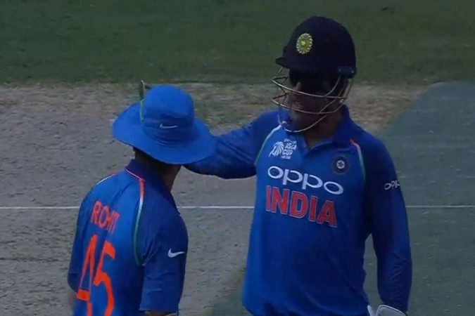 आणि धोनीने लगेच कर्णधार रोहित शर्माला बोलावून घेतले आणि क्षेत्ररक्षणात बदल केला.