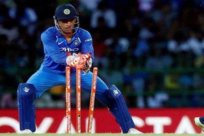 यानंतर तिसऱ्या स्थानी भारताचा सर्वात लोकप्रिय कर्णधार महेंद्रसिंग धोनीचा नंबर लागतो.