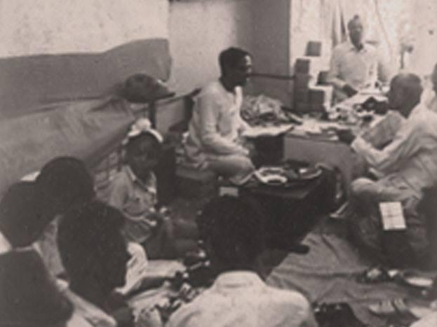 रईस सिनेमातील 'कोई धंदा छोटा नही होता और धंदेसे बडा कोई धर्म नही होता.' हा शाहरुख खानचा डायलॉग तुम्ही नक्कीच ऐकला असेल. हा डायलॉग फक्त सिनेमातच नाही तर खऱ्या आयुष्यात एका व्यक्तीने सत्यात आणला आहे. ती व्यक्ती म्हणजे 'खादिम इंडिया' या कंपनीचे मालक प्रसाद रॉय बर्मन. रॉय यांचा चपलाच्या दुकानात काम कऱण्यापासून ते स्वतःची कंपनी स्थापन करण्यापर्यंतचा प्रवास सोप्पा नव्हता. या संघर्षातूनच सामान्य माणसांतून एखादा असामान्य माणूस घडत असतो.