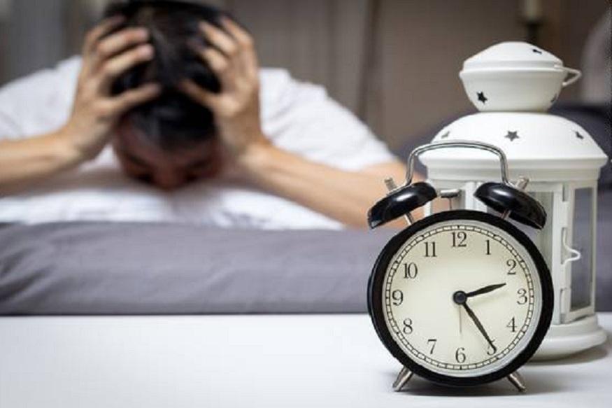 अनेकांना अशी समस्या असते की, दिवसभर ते अर्धे झोपेतच असतात. त्याचं खर कारण म्हणजे रात्री पूर्ण झोप न होणं. माणसाला किमान 8 तासाची झोप गरजेची असते. पण अनेकांची झोप अर्धवट होते. ज्येष्ठ नागरिक या समस्येने जास्त त्रासलेले असतात. आज आम्ही तुम्हाला अशा लोकांबद्दल सांगणार आहोत ज्यांना रात्री झोप येत नाही.
