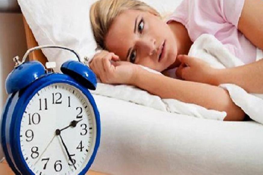 नेहमी घड्याळ्याकडे लक्ष असणं – ज्या लोकांना रात्री झोप येत नाही त्यांचं रात्री सारखं घड्याळाकडे लक्ष असतं. अशी लोकं झोप लागावी म्हणून रात्री 9-9:30 वाजताच झोपून जातात. पण झोप न येण्याच्या सवयीमुळे तासा दोन तासातच त्यांची झोप मोडते. एकदा का झोपमोड झाली की असे लोक रात्री वारंवार उठून वेळ पहातात.