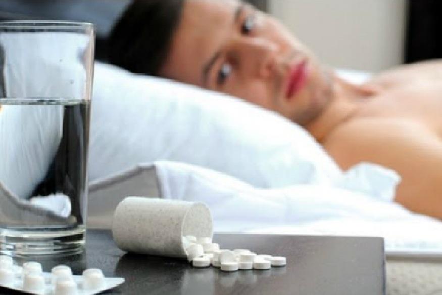झोपेच्या गोळ्या घातकच – ज्या लोकांना रात्री झोप येत नाही ते नेहमी त्रासलेल्या अवस्थेत असतात. याचा उपाय म्हणून ते झोप येण्याच्या गोळ्या घेतात. रोजच या गोळ्या खाल्याने त्याची सवय होते. ही सवय जर तुम्हाला असेल तर तुम्ही डिप्रेशनमध्ये जाऊ शकता.