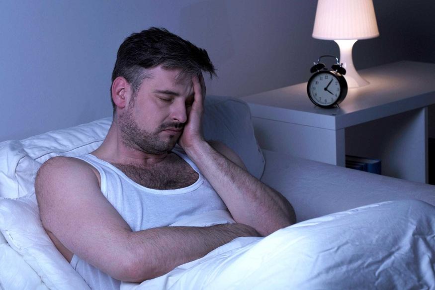 डोखेदुखीचा त्रास – तुम्हाला आवश्यक असलेली झोप जर पूर्ण झाली नाही, तर तुम्हाला डोकेदुखीचा त्रास सुरू होतो. त्यामुळे मग तुमचे डोळे लाल होतात.