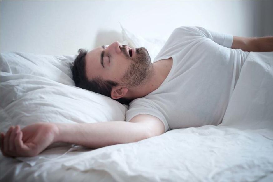 पुरेसा आराम न मिळणे – अशी लोकं एका पोजीशनमध्ये कधीच झोपू शकत नाहीत. मग ते रात्रभरत कूस बदलत राहतात आणि यामुळे त्यांची झोप अर्धवट राहते.