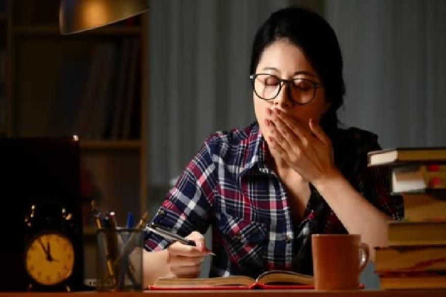 नेहमी चहा, कॉफी पितात – असे लोकं दिवसा झोप येऊ नये यासाठी सतत चहा आणि क़ॉफी पित असतात जेणेकरूण त्यांना झोप येऊ नये.