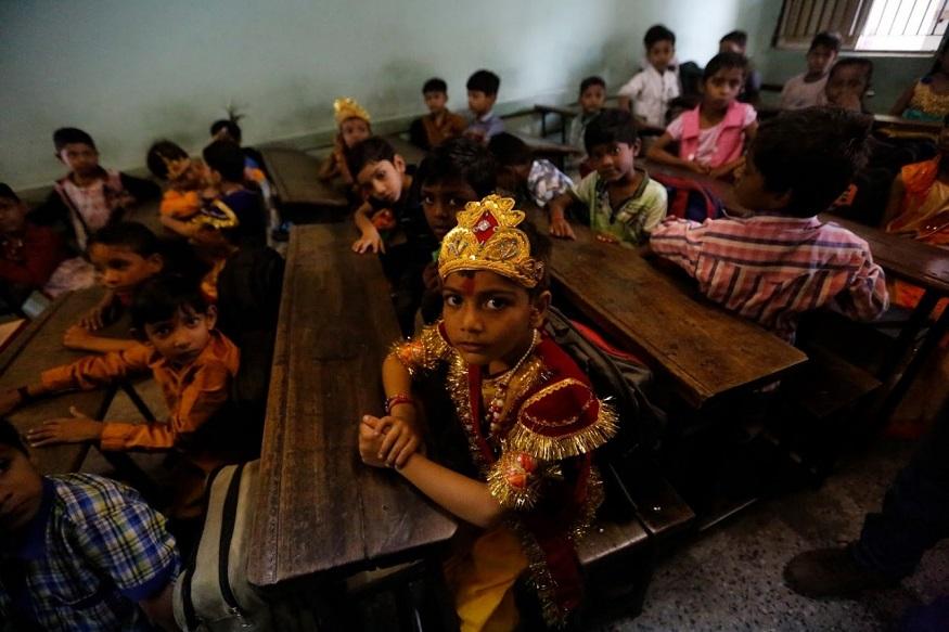 अहमदाबाद - कृष्णाचा वेष परिधान करून आपल्य कार्यक्रमाची प्रतिक्षा करणारा विद्यार्थी