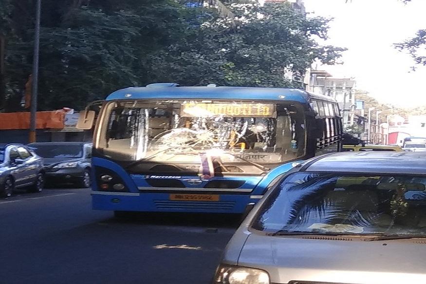 पुण्यात मनसे कार्यकर्त्यांनी बस फोडली. कुमठेकर रस्त्यावर सकाळीच बसवर दगडफेक करण्यात आली.