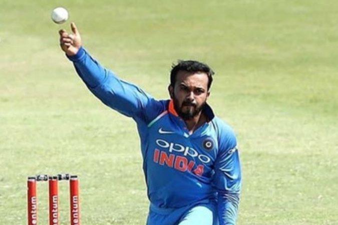 टीम इंडियाचा ऑल राऊंडर केदार जाधवने बुधवारी एशिया कप २०१८ मध्ये पाकिस्तानविरुद्ध चांगली कामगिरी केली. टीम इंडियाच्या त्या विजयात केदारचा मोलाचा वाटा आहे. खास म्हणजे जाधवच्या फलंदाजीने नाही तर गोलंदाजीने टीम इंडियाला जिंकून दिले. जाधवने ९ षटकात एक मेडन देऊन २३ धावांमध्ये ३ गडी बाद केले.