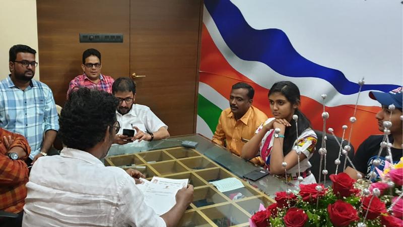 त्यांच्यासोबत अभिनेत्री रिंकू राजगुरू आणि अभिनेता आकाश ठोसर यांनीही महाराष्ट्र नवनिर्माण चित्रपट कर्मचारी सेनेचं सदस्यत्व स्वीकारलंय.