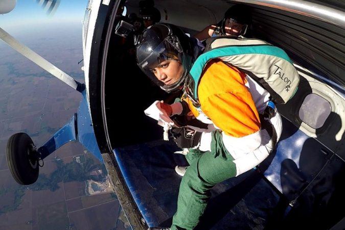 भारतीय पॅराजंपर पद्मश्री शीतल महाजन यांनी पंतप्रधान नरेंद्र मोदी यांना अनोख्या पद्धतीने वाढदिवसाच्या शुभेच्छा दिल्या. १३००० फूट उंचावरून स्काय- डायव्हिंग करत मोदींच्या नावाचं ग्रीटिंग कार्ड दाखवत शुभेच्छा दिल्या.
