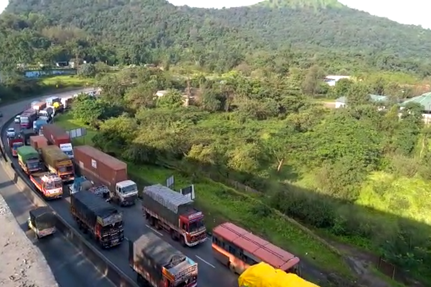 सध्या गणेशोत्सावाची लगबग सुरू आहे. त्यामुळे अनेक लोक उत्सवासाठी गावी चालले आहेत. यासगळ्याचा परिणाम म्हणजे सगळे रस्त्यांवर वाहतूक कोंडी झाली आहे.