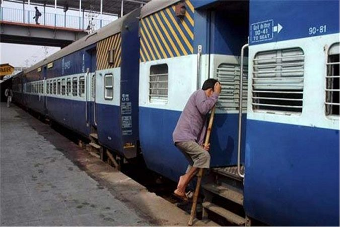 अनेकांना ट्रेनमधून प्रवास करायला आवडतं. गावी जाणं असो किंवा दुसऱ्या शहरात जाणं असो, विमान किंवा गाडीपेक्षाही अनेकजण रेल्वेने प्रवास करण्याला प्राधान्यच देते. विमान आणि बसपेक्षा रेल्वेचं तिकिट हे स्वस्त असतं.