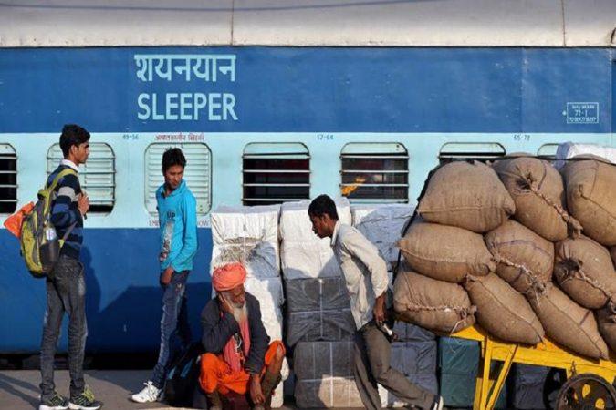 केंद्र किंवा राज्य सरकारच्या नोकरीच्या मुलाखतीसाठी जाणाऱ्या बेरोजगार तरुणांनादेखील भारतीय रेल्वे तिकीटात स्लिपर क्लाससाठी ५० टक्क्यांची सूट तर सेकंड क्लाससाठी चक्क १०० टक्क्यांची सुट दिली जाते.